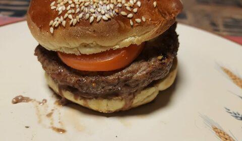 recette-ludo-burger-tomates-cornichon-chaource-piment-espelette